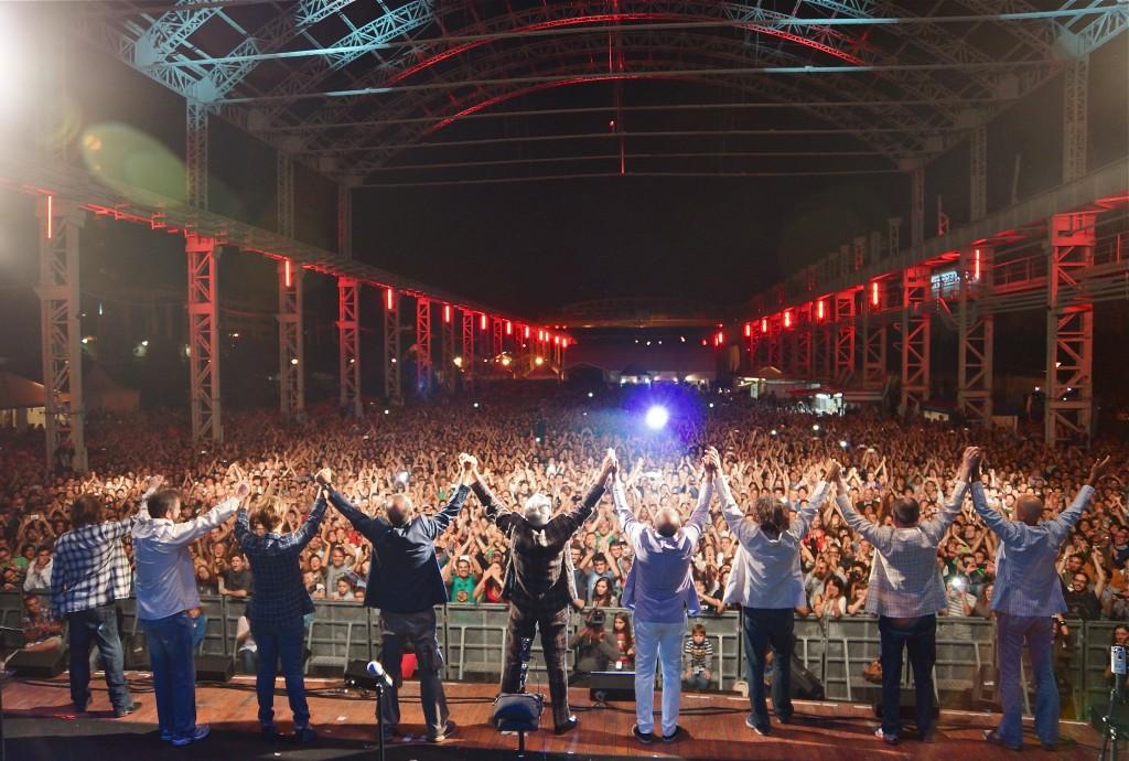 EelST ringraziano il pubblico alla fine del concerto al Carroponte