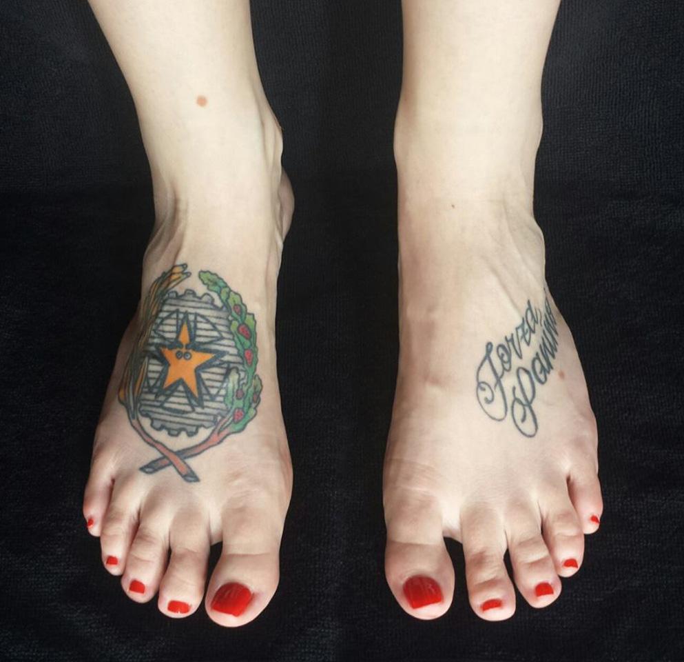 Piede femminile con tatuaggio Forza Panino